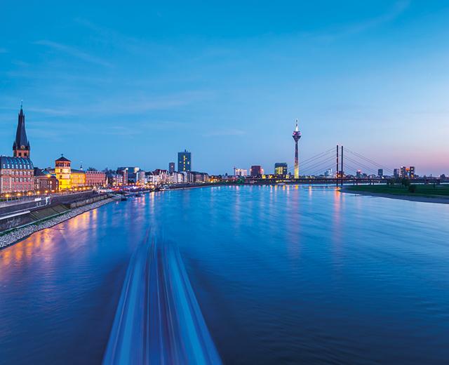 Duesseldorf Rhein Skyline bei Nacht als schoenster Ankerplatz zur Vermarktung der Wohnimmobilie Carlstadtufer