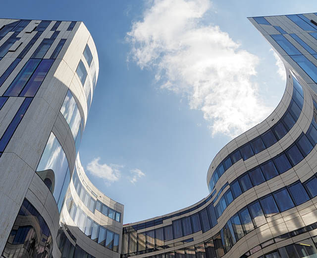Froschperspektive Vermarktung der Marke und Gewerbeimmobilie Koe-Bogen