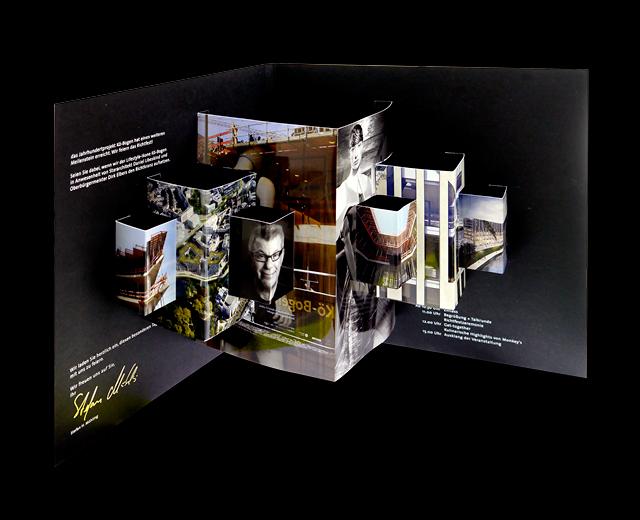 aufgeklappte Einladung zum Koe-Bogen Richtfest zur Vermarktung der Marke und Gewerbeimmobilie Koe-Bogen